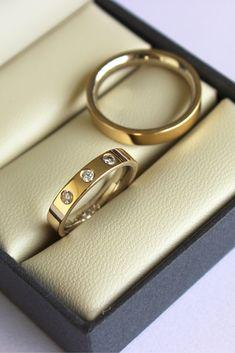Alianças de bodas de prata feitas com o ouro de antigas alianças do casal. A parte interna da joia é em ouro branco e a externa em ouro amarelo  www.franbagatini.com.br  #handmade #rings #wedding #engagement #bride #gold #minimal #ring #diamond