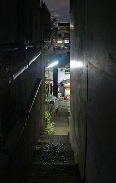 夜散歩のススメ「細く長い階段の隙間」東京都北区