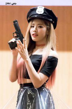 Jiwon fromis_9 #kpop South Korean Girls, Korean Girl Groups, Lee Seo Yeon, Korean Airport Fashion, Pledis Entertainment, Girl Bands, Airport Style, Pop Group, Kpop Girls