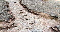 """Passarelas que parecem flutuar sobre milenares camadas de solo petrificadas, dinossauros gigantes espalhados pelo parque e pegadas de Iguanodonte Mantelli e Noasauridae, que um dia caminharam ao lado do rio local. A descrição até parece cenário de algum daqueles filmes jurássicos com bilheteria milionária. Mas no Alto Sertão da Paraíba, a 444 km de João...<br /><a class=""""more-link""""…"""