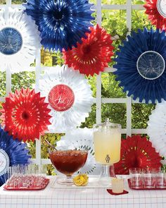 Tissue Fan Fireworks with Clip-Art Medallions. Circular tissue fans, cut to different sizes, creates a marvelous fireworks effect. Snip the center flat to make room for a festive clip-art medallion. Patriotic Crafts, Patriotic Party, July Crafts, Holiday Crafts, Holiday Fun, Festive, Holiday Ideas, Favorite Holiday, 4th Of July Celebration