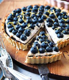 Fantastisk tærte med blåbær og lækker, cremet mascarponecreme med vanilje. En smuk og sommerlig dessert! Party Desserts, Just Desserts, Delicious Desserts, Sweet Pie, Sweet Tarts, Sweets Cake, Cupcake Cakes, Danish Food, Summer Cakes