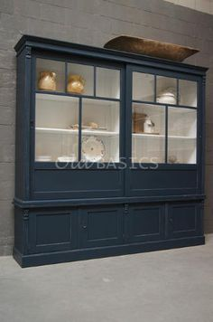 Vitrinekast Fabienne 10066 - Prachtige blauwe landelijke vitrinekast met een witte binnenzijde. Door de schuifdeuren heeft het meubel een eigentijdse uitstraling. Dit model heeft achter de vitrine deuren drie legplanken, met rechts een vakverdeling. MAATWERK Dit meubel is handgemaakt en -geschilderd. De kast kan in vrijwel elke gewenste maat, indeling en RAL-kleur worden nabesteld. Benieuwd naar de mogelijkheden? Kom eens langs, of neem contact met ons op.
