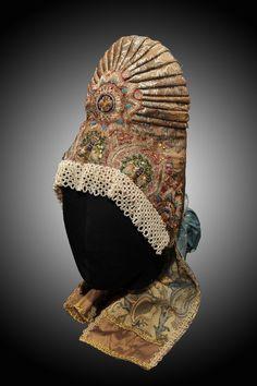 """Кичка-шишак с понизью. Женский головной убор замужней женщины предполагал полное """"покрытие"""" головы. В Центральных районах России были треугольные, кокошники, напоминавшие полумесяц, на севере - однорогий конус """"шишак"""""""