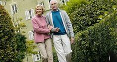 Demenz kranker Mann in Betreuung macht einen Spaziergang im Freien