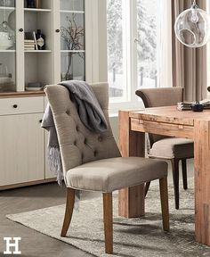 Der Stuhl Hennig ist bequem und gleichzeitig auch ein optisches Highlight für Ihren Essbereich. Sitzfläche und Lehne sind komfortabel gepolstert. Der Rückenbereich ist außerdem formschön abgesteppt und mit Zierknöpfen versehen. #stuhl #landhaus #polster #esszimmer #farbe #shabby #vintage