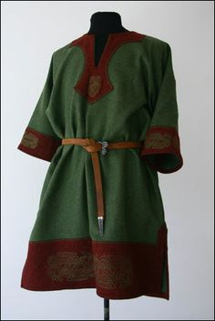Een rijkelijk versierde tuniek. Kijk naar de verschillende, prachtige borduurwerken. Een dergelijk tuniek misstaat de gemiddelde Ljósálfar zeker niet!