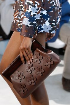 Michael Kors OFF! Michael Kors Collection Spring 2017 Ready-to-Wear Fashion Show Details Prada Handbags, Fashion Handbags, Purses And Handbags, Fashion Bags, Fashion Accessories, Burberry Handbags, Fashion Outfits, Michael Kors Outlet, Handbags Michael Kors