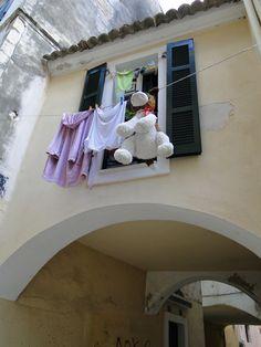 Corfu stad, zelfs de hond hangt te drogen