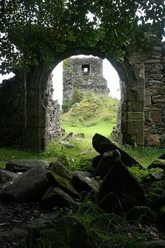 Toward Castle ruins, Argyll, the Highlands, Scotland Vila Medieval, Chateau Medieval, Medieval Castle, Scotland Castles, Scottish Castles, Abandoned Buildings, Abandoned Places, Abandoned Castles, Abandoned Mansions