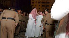 Suníes y chiíes lanzan un mensaje unido de condena tras el atentado en Medina  Hasta el momento ningún grupo ha reivindicado los tres ataques que tuvieron lugar este lunes en Arabia Saudí  El emir saudí de Medina, Faisal bin Salman bin Abdulaziz (c), visita el lugar de una explosión cerca de la mezquita del Profeta Mahoma en la ciudad de Medina