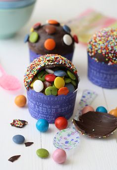 DIY Pinata Cupcakes: So adorable and cute party food. Bolo Pinata, Pinata Cupcakes, Pinata Cake, Love Cupcakes, Yummy Cupcakes, Cupcake Cakes, Smash Cakes, Filled Cupcakes, Party Cupcakes