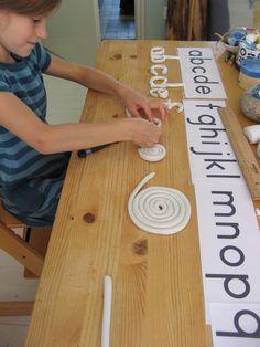 Letters van wasklei: door de letters zelf te maken, maak je je het alfabet makkelijker eigen. Werkt heel goed bij beelddenkers