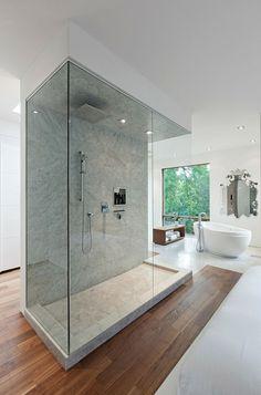 alleenstaande douche uit natuurstenen wand, mooie badkuip, ruimte krijgt extra cachet dankzij de decoratieve spiegel   #bathroom #bathtub #bath #shower #metamorphosia #bad #badkamer #badkuip #douche