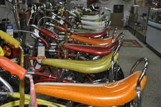 BICYCLE HEAVEN of COURSE! :idea [IMG] This place is mind boggling! 2 huge floors plus a basement with Hundreds upon hundreds of old Schwinn. Vintage Love, Retro Vintage, Banana Seat Bike, Retro Bicycle, Cool Bicycles, Classic Bikes, Thats The Way, Good Ole, Trends