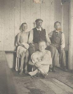 Ein stadtbekanntes Original: Hermann Wagenbrett mit jungen Badegästen im Sommer 1898. Quelle: Staatsarchiv Bremen