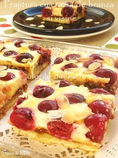Cherry cake and cream cheese ~ Culorile din farfurie (OK this looks yummy but why isn't there a link to the recipe? Yummy Treats, Sweet Treats, Yummy Food, Dessert Sauces, Dessert Recipes, No Cook Desserts, Baked Goods, Baking Recipes, Foodies
