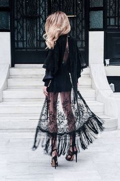 Vestido de renda preto.