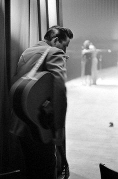 Johnny Cash prepares to take the stage at a show in White Plains, NY, 1959 pic.twitter.com/spMgb4hhah
