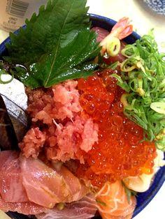 スーパーの海鮮を買って豪華に盛りつけ♪( ´θ`)ノ - 16件のもぐもぐ - 手作り海鮮丼 by koha27