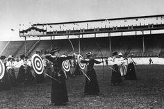 Tiro con arco femenino drante el verano de los Juegos Olímpicos de Londres 1908.