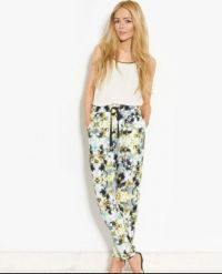 Show your sunny personality in this Wendy Floral Trouser. Find more in www.zappard.com