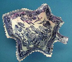A 19th century Willow Pattern Pearlware Pickle Dish  zeichen.dsl.pipex.com I love leaf shaped dishes, have several.