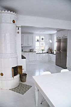 My kitchen in christmas time (A bit too white and uncluttered! Interior Decorating, Interior Design, White Cottage, White Rooms, Scandinavian Home, Ideal Home, Beautiful Kitchens, Kitchen Interior, Home Kitchens