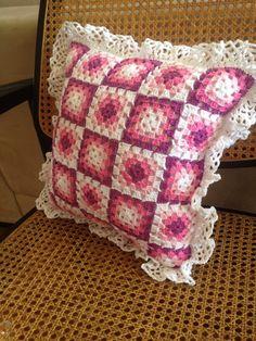 Almofada feita de restos de linha. Quadrados da vovó. Crochet Cushion Cover, Crochet Cushions, Crochet Pillow, Cushion Covers, Crochet Home, Love Crochet, Crochet Motif, Easy Crochet Blanket, Crochet Blanket Patterns