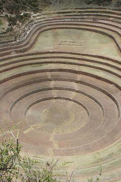 Uno Inca Pagan Terraza en un círculo cráter natural de la Tierra. Ruinas Incas…