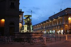 Faenza: fontana e palazzo del municipio