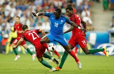 Moussa Sissoko contre les Portugais Cedric et William Carvalho.