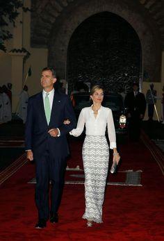 14 July 2014 - Day 1   King Felipe and Queen Letizia are currently in Morocco for a two day official visit.  Blusa en georgette de seda blanca y falda larga bordada en metal plata, que acompañó con sandalias de raso.