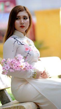 Ao Dai, Beauty Full Girl, Beauty Women, Moda China, Ethno Style, Cute Asian Girls, Curvy Women Fashion, Indian Beauty Saree, Beautiful Asian Women