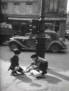 Fixing a broken skateboard Paris 1951 Photo: Gérald Bloncourt