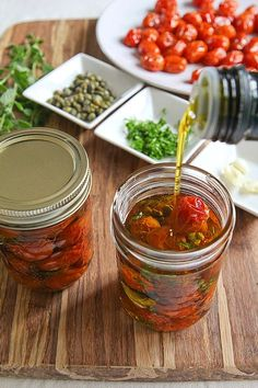 Cherry tomatoes in the oven in olive oil are both excellent for pasta risottos salads and also to eat during an aperitif. Antipasto, Chutney, Roasted Cherry Tomatoes, Mezze, Canning Recipes, Italian Recipes, Veggies, Herbs, Food And Drink