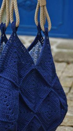 Sac 22 carrés - L du Côté Ouest - borse per l estate Crochet Diy, Love Crochet, Crochet Granny, Crochet Bikini, Crochet Handbags, Crochet Purses, Crochet Bags, Crochet Shell Stitch, Purse Patterns