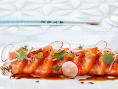 Sashimi can be served as a starter, main course or as a part of a sushi menu. Try this recipe where soy sauce, lemon and coriander compliments the salmon. Homemade Sushi, Homemade Desserts, My Favorite Food, Favorite Recipes, Sushi Menu, Gourmet Desserts, Sushi Rolls, Frisk, Pinterest Recipes