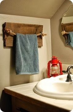 a rustic DIY rope and barn wood towel holder for the bathroom / powder room, super cute!