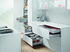 Según el espacio real de cada cocina y el diseño de la distribución, el armario destinado a la despensa tendrá diferente formato, pudiendo ser en mueble bajo, alto y columna.