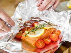 Beim Fischgrillen kannst du auch etwas Gemüse mit in die Folie geben