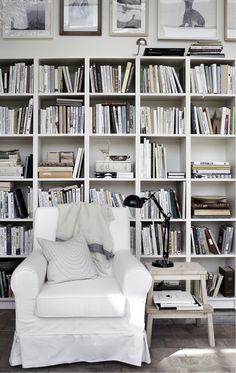 IKEA Billy. Mysig läshörna och litet bibliotek.