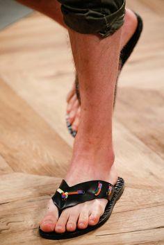 See detail photos for Bottega Veneta Spring 2016 Menswear collection. Vogue Paris, Fashion Show, Mens Fashion, Male Feet, Spring Summer 2016, Shoe Collection, Bottega Veneta, Barefoot, Men Dress