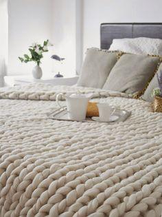 Detalle de colcha de lana blanca, tejida en punto grueso.                                                                                                                                                     Más