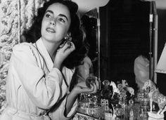 Qual a diferença entre parfum e eau de parfum? Entenda os 6 códigos das fragrâncias e quando usar cada uma