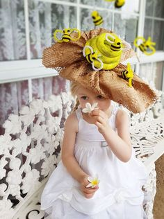 How to make a Bumble Bee Easter Parade Hat - - How to make a Bumble Bee Easter Parade fascinator hat for School. Full picture tutorial and instructions. Amazing craft inspo and Easter DIY ideas. Crazy Hat Day, Crazy Hats, Dinosaur Halloween Costume, Halloween Kostüm, Halloween Costumes, Easter Hat Parade, Wacky Hair Days, Party Fotos, Costume Hats