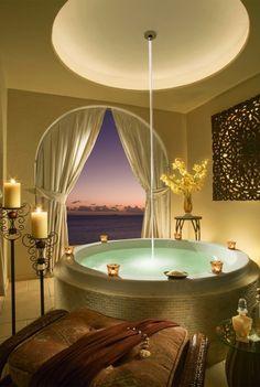 Cheeca Lodge & Spa glorious tub. Islamorada, Florida