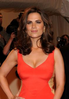 Hayley Atwell Medium Curls - Hayley Atwell Looks - StyleBistro Beautiful Celebrities, Beautiful Actresses, Gorgeous Women, Hottest Female Celebrities, Hayley Elizabeth Atwell, Woman Crush, Sexy Women, Celebs, Glamour