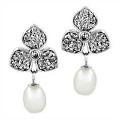 Lagrima's Pearl Droplet Clover Earrings  Clover-shaped cubic zirconia coated studs dangle a pear-shaped pearl from the top of these beauties. Katherine Heigl wore a similar pair of pearl earrings to the 2006 Emmy's. Now you can add a touch of Hollywood glamour to your look with these similar CZ pearl and clover earrings. They are approximately 1 inch long and weigh 2.2 grams each.