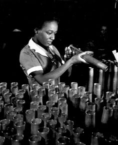 Women in the American work force: Bertha Stallworth, age inspects artillery cartridges at Frankford Arsenal during WWII. African American Women, American History, African Americans, Women In History, Black History, Ww2 Pictures, Vintage Pictures, Working Woman, History Facts